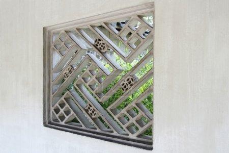 Photo pour Fenêtre treillis pour la construction traditionnelle chinoise d'une forme de décoration et d'embellissement - image libre de droit