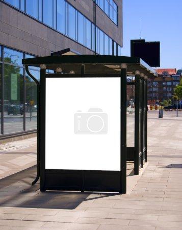 Photo pour Une image d'un arrêt de bus avec un bilboard vide pour votre publicité, située dans la ville suédoise de Malmö - image libre de droit