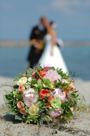 Photo pour Bouquet, la mariée et le marié - image libre de droit