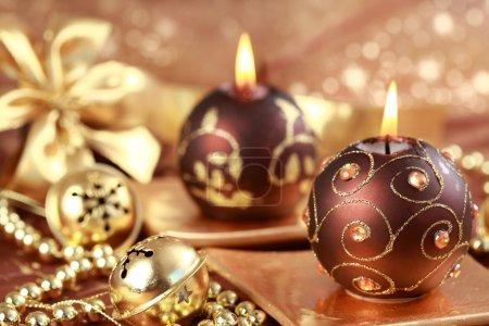 Foto de Bodegón de Navidad con velas y cascabeles en tono marrón y dorado - Imagen libre de derechos