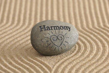 Photo pour Jardin Zen de sable avec Pierre de l'harmonie - image libre de droit