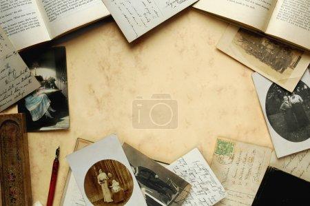 Foto de Arreglo de objetos de recuerdos familiares con libros y postales - Imagen libre de derechos