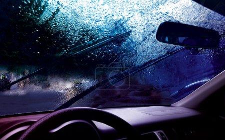 Photo pour Tableau de bord de la voiture et les gouttes sur le pare-brise - image libre de droit