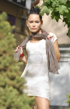Photo pour Belle jeune femme dans une ville automnale en robe blanche - image libre de droit