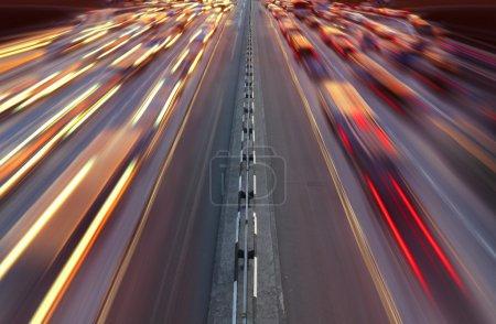 Photo pour Trafic d'heure de nuit sur autoroute dans la ville de kiev - image libre de droit