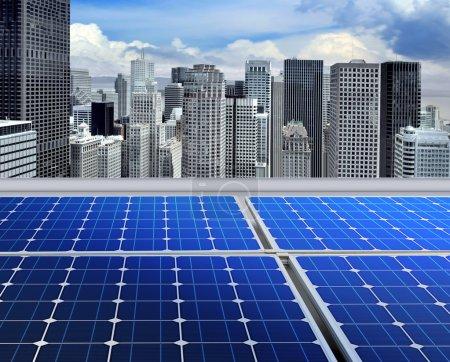 Foto de Paneles solares en el techo del rascacielos moderno - Imagen libre de derechos