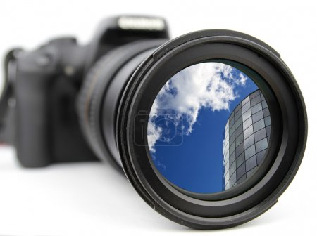 Photo pour Zoom sur le ciel bleu et un bâtiment moderne - image libre de droit