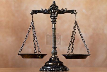 Photo pour Une photo des échelles de justice avec un thème d'équilibre superposé - image libre de droit