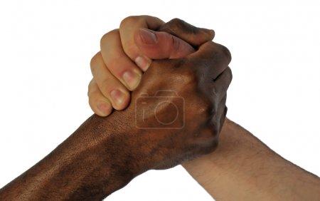 Photo pour Amitié poignée de main entre peau blanche et noire homme - image libre de droit