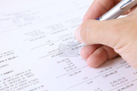 Photo pour Examen des rapports financiers. Vérification des données - image libre de droit