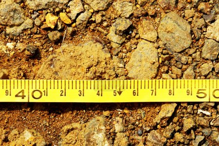 Photo pour Mètre de construction avec centimètres sur fond de terre - image libre de droit