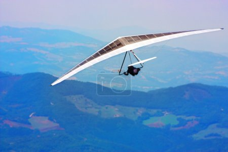Photo pour Deltaplane volant dans les Apennins italiens, Italie - image libre de droit