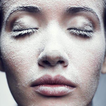 Photo pour Portrait de belle fille avec givre sur le visage - image libre de droit