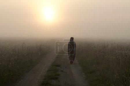 Photo pour Une personne qui marche dans le brouillard - image libre de droit