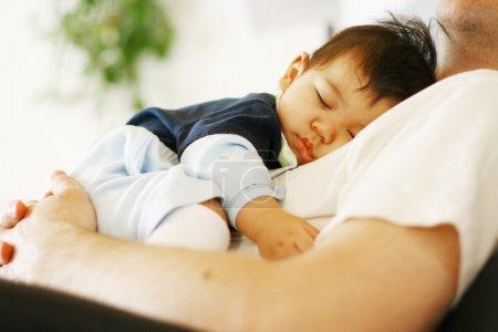 Photo pour Bébé dort sur la poitrine du papa - image libre de droit