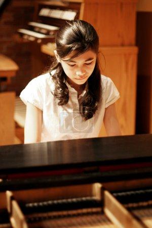 Photo pour Jeune adolescente, jouer du piano au considérant - image libre de droit