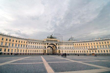 Photo pour Place du Palais - Bâtiment de l'état-major de l'armée générale à Saint-Pétersbourg, Russie . - image libre de droit