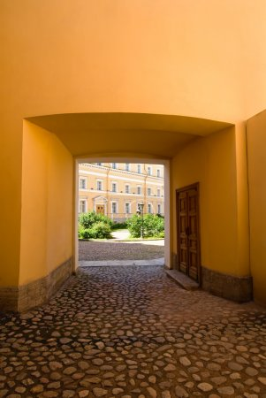 Photo pour Cour intérieure de la restauré historique de construction à Saint-Pétersbourg, Russie - image libre de droit
