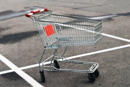 Photo pour Panier vide au parking du supermarché - image libre de droit