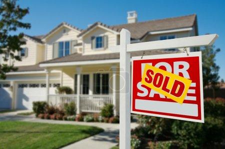 Photo pour Maison vendue à vendre Immobilier Se connecter devant une maison neuve . - image libre de droit
