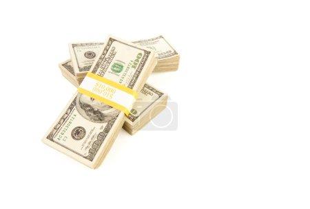 Photo pour Des piles de dix mille dollars de billets de cent dollars isolés sur un fond blanc . - image libre de droit