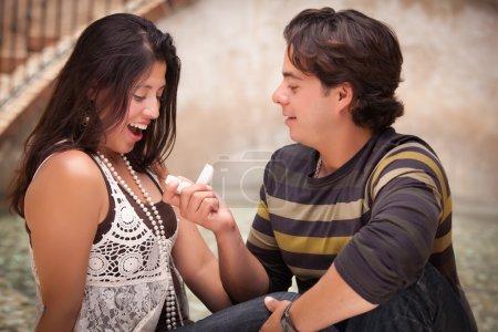 Photo pour Homme hispanique proposant une bague de fiançailles à son amour . - image libre de droit