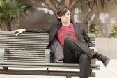 Moderní muž sedící na lavičce