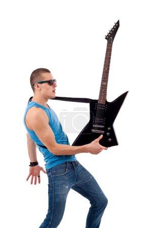 Photo pour Photo d'un guitariste tenant sa guitare dans une main plus blanc - image libre de droit