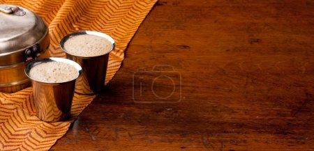 Photo pour Mousseux Inde du Sud filtre café servi dans des verres en acier - fond avec un espace pour le texte - image libre de droit
