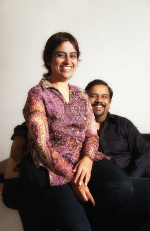 Photo pour Un couple indien - mettant l'accent sur la femme - image libre de droit