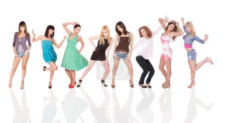 Foto de Grupo de chicas felices ocasionales permanente aislado sobre un fondo blanco - Imagen libre de derechos