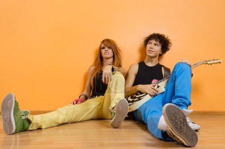 Photo pour Deux membres du groupe rock détente au studio - image libre de droit