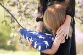 Dítě drží rodičů vlajky