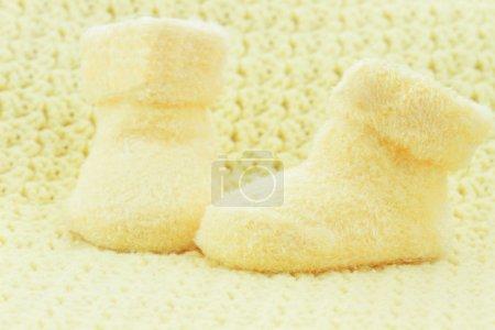 Photo pour Chaussons bébé jaune et couverture avec espace pour le texte . - image libre de droit