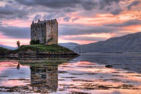 Photo pour Château de Stalker, highlands, Ecosse, vu au crépuscule - image libre de droit