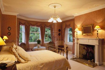 Photo pour Chambre victorienne de luxe avec cheminée - image libre de droit