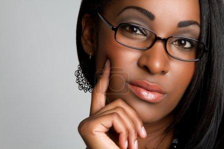 Foto de Hermosa joven negra pensando - Imagen libre de derechos