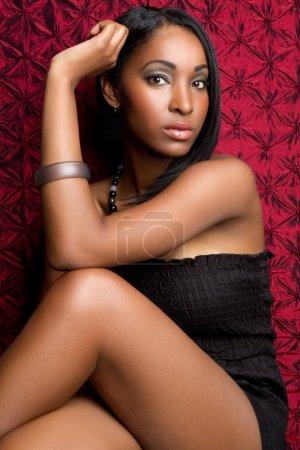 Photo pour Belle femme modèle de mode noire - image libre de droit