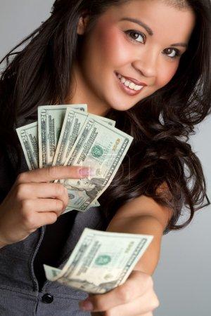 Photo pour Femme souriante tenant de l'argent - image libre de droit