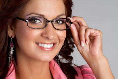 Photo pour Belle femme souriante portant des lunettes - image libre de droit