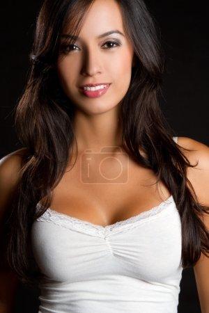 Photo pour Belle souriante heureuse latina femme - image libre de droit
