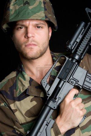 Photo pour Soldat portant mitrailleuse - image libre de droit