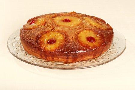 Photo pour Ananas à l'envers gâteau sur un plateau en verre - image libre de droit