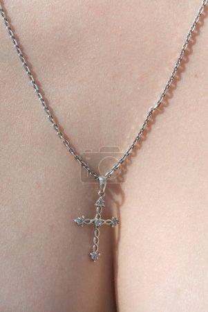 Photo pour Croix d'argent beau collier - image libre de droit