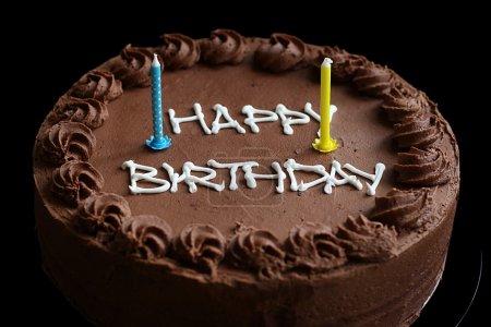 Photo pour Gâteau d'anniversaire au chocolat avec bougies - image libre de droit