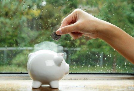 Foto de Ahorrar dinero para el concepto de día lluvioso - Imagen libre de derechos