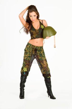 Photo pour Jeune femme en uniforme militaire avec mitrailleuse - image libre de droit