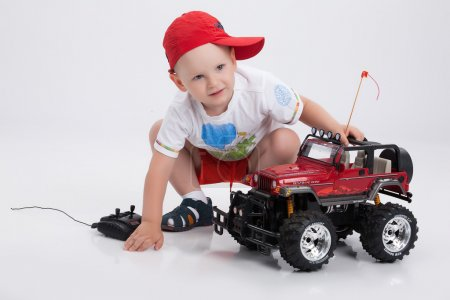 Photo pour Décrépitationpetit garçon et voiture contrôlée à distance - image libre de droit