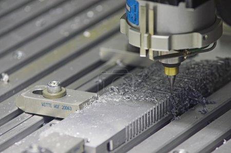Photo pour Machine de forage traitement automatiquement une pièce métallique. - image libre de droit