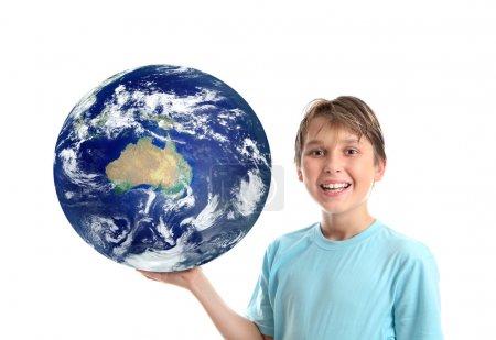 Lächelndes Kind, das unseren Planeten hält